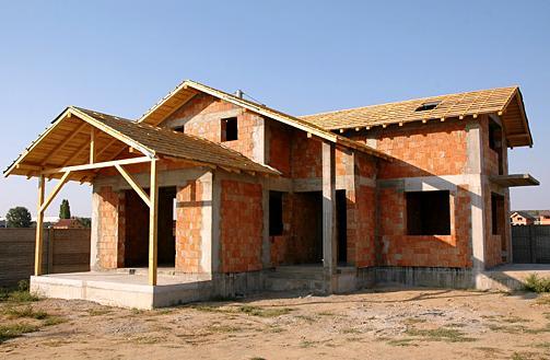 Constructie-casa-la-rosu